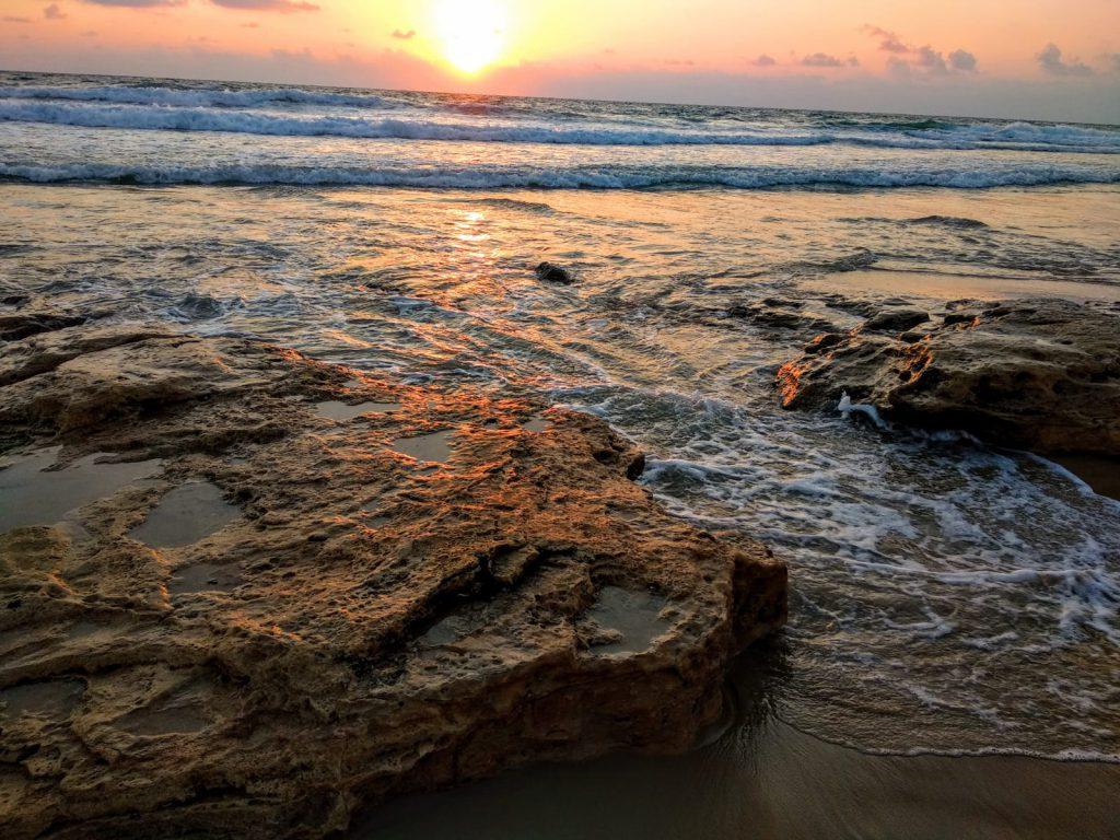 לפעמים יותר קל לקבל את עצמך כשמתרגלים מיינדפולנס מול הים בשקיעה